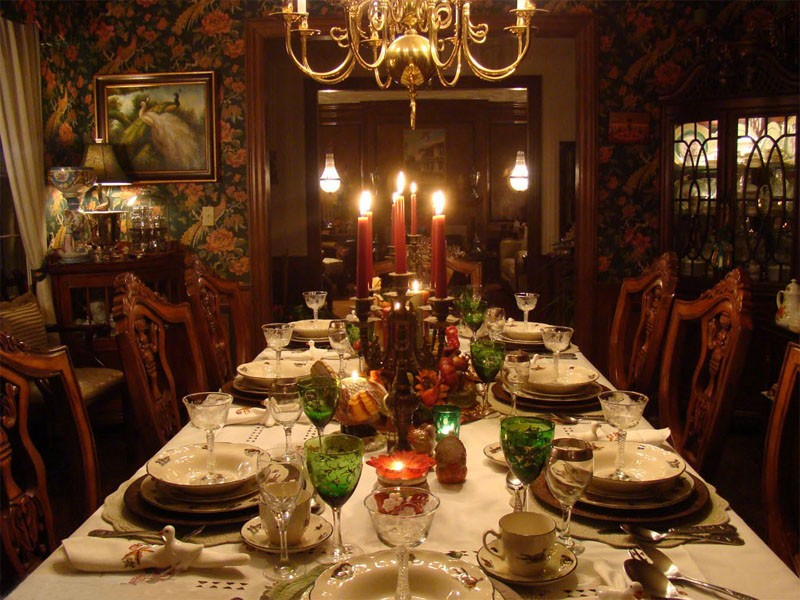 fresh-thanksgiving-dinner-table-on-dining-room-with-family